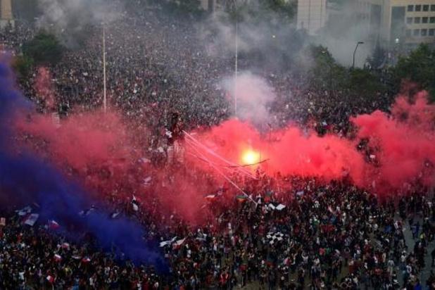 Emeutes au Chili - Des dizaines de milliers de manifestants à Santiago, incendie dans une université