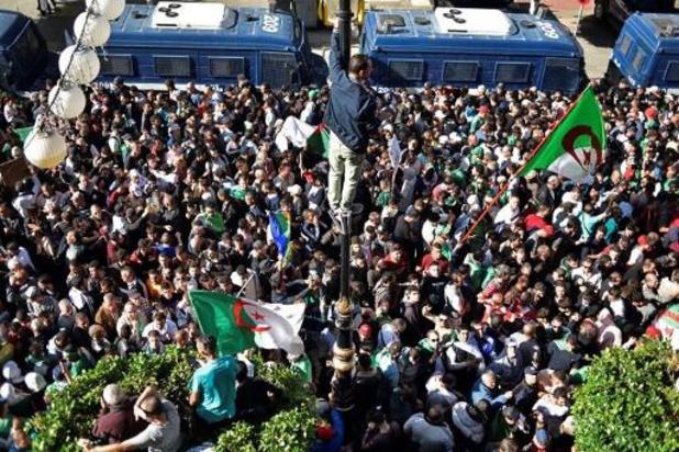 Marée humaine dans les rues d'Alger contre le régime et la présidentielle