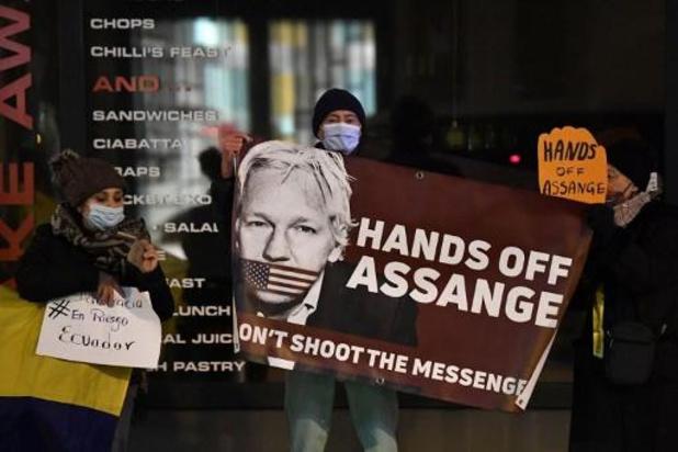 Action au consulat britannique à Bruxelles pour fêter le refus d'extrader Julian Assange