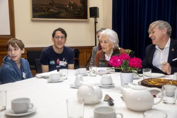 Koningin Paola speurt samen met jonge vluchtelingen naar Kuifje in België