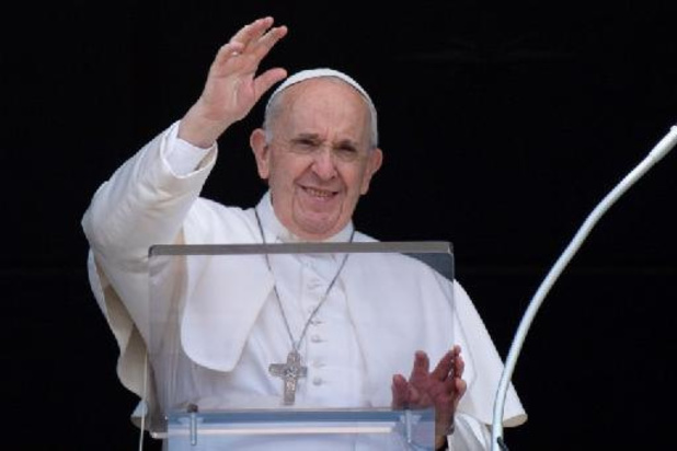 Paus maakt het goed na operatie en blijft nog een week in het ziekenhuis