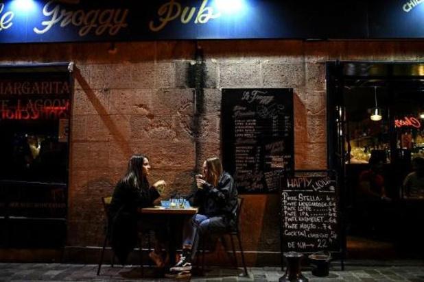 """France: bars fermés à Paris et en proche banlieue, """"jauge"""" dans les centres commerciaux"""