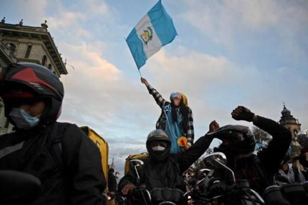 Guatemala schrapt begroting nadat betogers parlement in brand steken