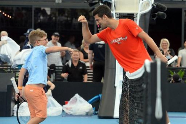 Djokovic speelt op exhibitietoernooi in Adelaide slechts 1 set, S. Williams klopt Osaka
