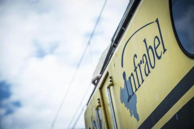 Treinverkeer onderbroken na aanrijding op overweg in Zottegem: grote materiële schade