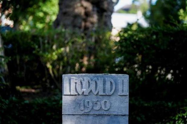 Hal remet le buste endommagé de Leopold II dans le parc de la ville