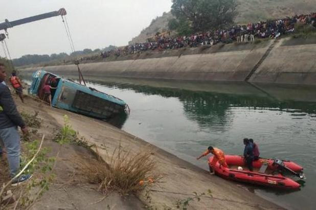 Minstens 45 doden nadat bus in kanaal duikt in India