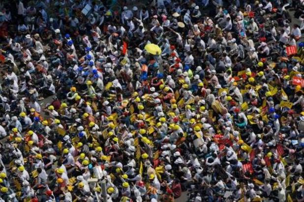 Birmanie: des centaines de milliers de manifestants, malgré les menaces de la junte