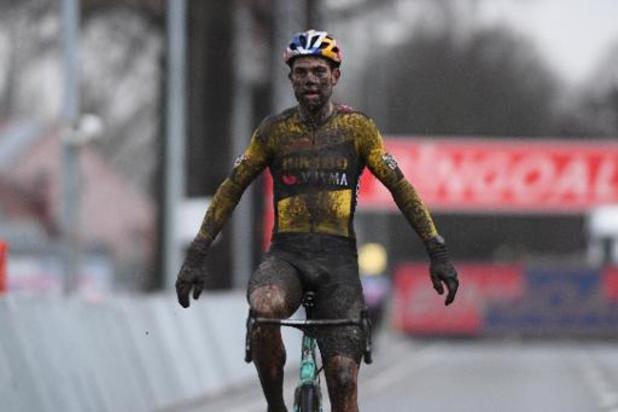 Wout van Aert pakt op modderparcours in Dendermonde zijn tweede zege