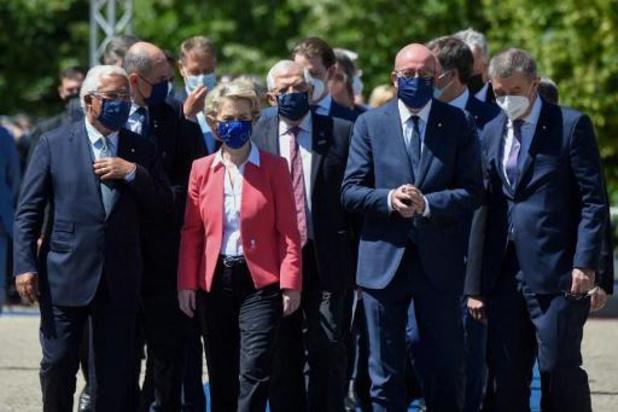 """Les 27, réunis à Porto, apportent leur soutien à une """"Europe sociale"""""""