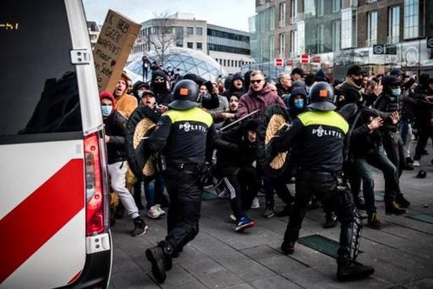 Coronavirus - Heurts avec la police en marge de manifestations contre le couvre-feu aux Pays-Bas