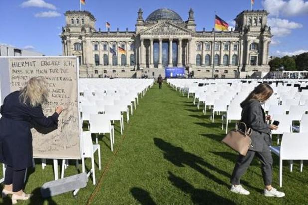 Allemagne: 13.000 chaises devant le Reichstag pour les migrants à Lesbos