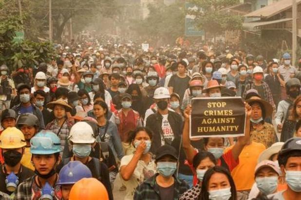 """Begrafenisstoeten daags na """"massamoord"""" in Myanmar"""