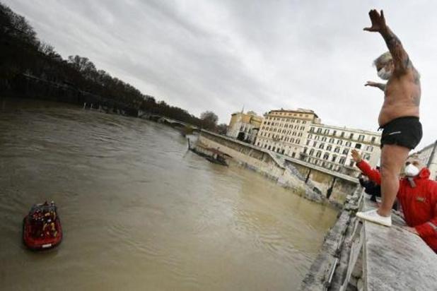 Corona weerhoudt Romeinen niet van duik in Tiber