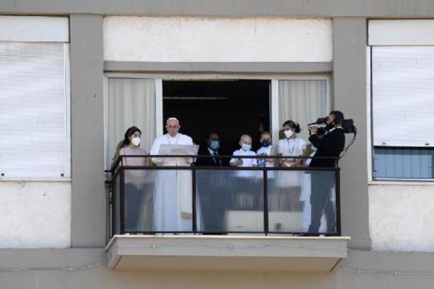 Le pape salue des fidèles depuis un balcon de l'hôpital