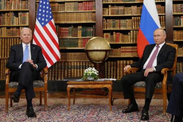 """Biden rencontre Poutine, évoque """"deux grandes puissances"""""""