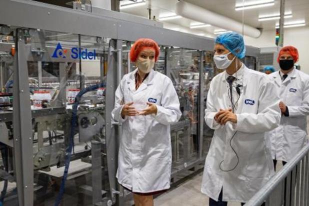 La reine Mathilde visite la nouvelle ligne de production de l'entreprise laitière Inex