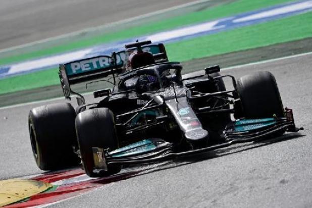 Hamilton gaat in het slot voorbij Verstappen in GP van Spanje en boekt derde overwinning van het seizoen