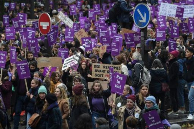 """Grande manifestation en France pour dire """"stop"""" aux violences envers les femmes"""