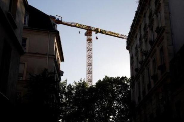 France: une banderole Greenpeace à Notre-Dame pour interpeller le gouvernement