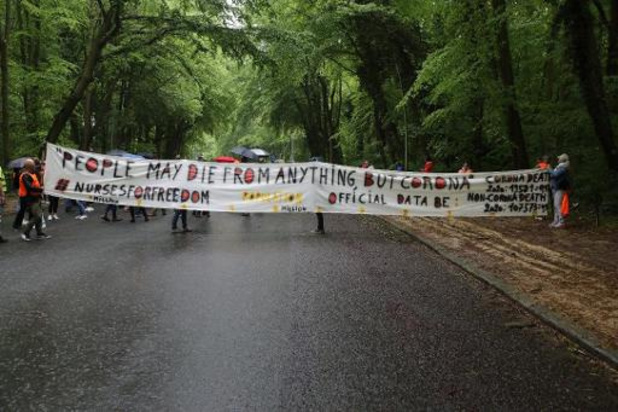 500-tal mensen betogen in Ter Kamerenbos tegen coronamaatregelen