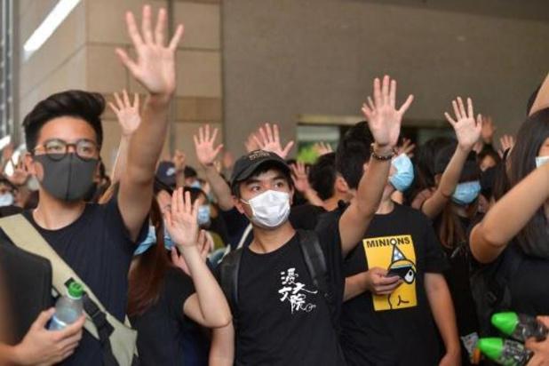 Duizenden boze betogers verzamelen zich in Hongkong nadat politie met scherp schiet