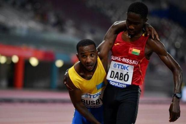 Mondiaux d'athlétisme - Epuisé, un coureur du 5.000 m finit sa course soutenu par un concurrent