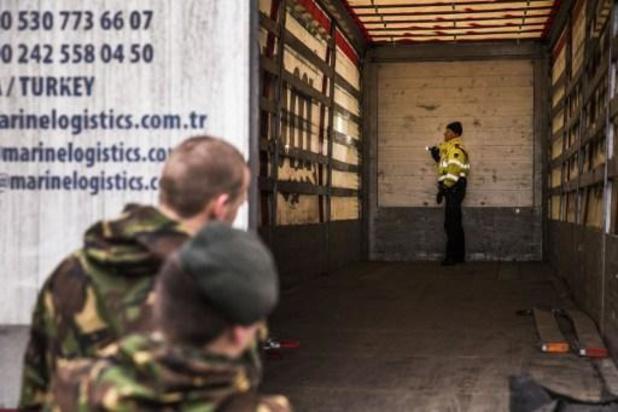 Migranten klimmen net over de grens met Nederland uit vrachtwagen