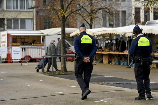 """Lange rijen aan Antwerpse winkels, maar """"regels over algemeen gerespecteerd"""""""