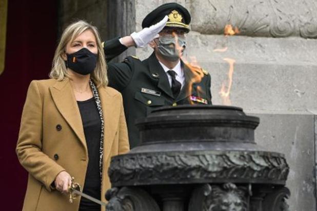 Mme Dedonder a ravivé la flamme sur la tombe du Soldat inconnu à Bruxelles
