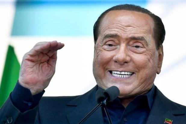 Vriendin en twee kinderen van Berlusconi testen positief