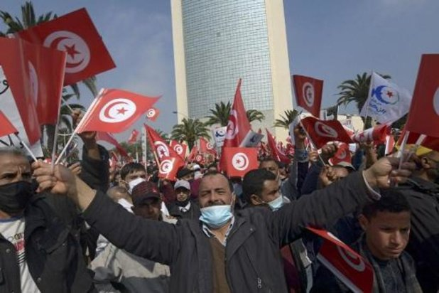 Aanhangers regeringspartij komen op straat voor grootste protesten in jaren in Tunesië