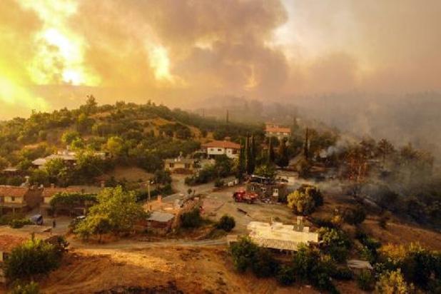 Turkse brandweer bestrijdt voor derde dag op rij hevige bosbranden