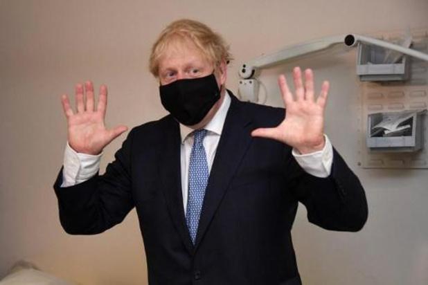 """Pour Boris Johnson, les anti-vaccins sont """"dingues"""""""
