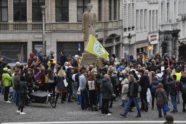 Zeshonderdtal betogers stapt mee in 23ste klimaatmars Youth for Climate