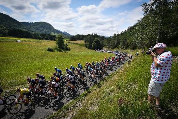 Le peloton lancé dans la première étape dans les Pyrénées