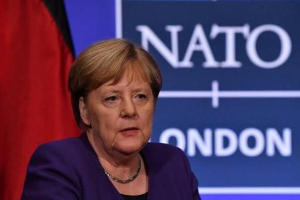 """Angela Merkel, """"triste"""" et """"en colère"""", pointe la responsabilité de Trump"""