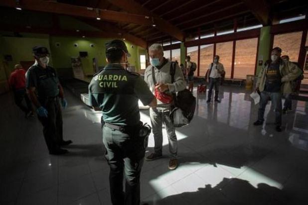 Spanje controleert buitenlanders bij aankomst op luchthaven op corona