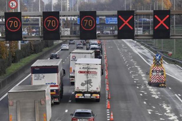 Uur file op E313 door vrachtwagen in de gracht in Ranst