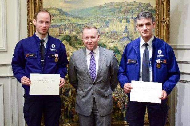 Deux policiers récompensés à Namur pour avoir sauvé une personne tombée dans la Sambre