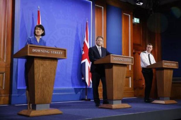 Le Royaume-Uni abaisse son niveau d'alerte et lève plus de restrictions