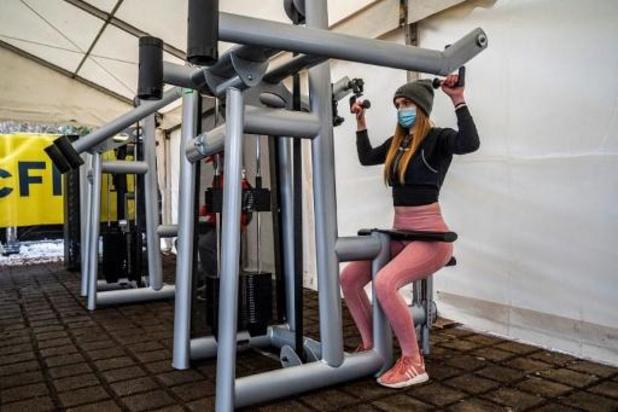 Fitnesscentra plaatsen toestellen buiten om heropening te vragen