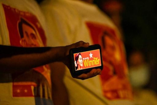 """Législatives en Birmanie: le parti d'Aung San Suu Kyi revendique """"une victoire écrasante"""""""