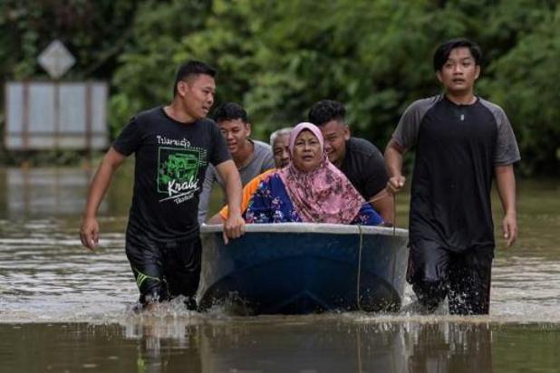 Quelque 28.000 Malaisiens fuient les inondations, des villageois évacués en pelleteuse