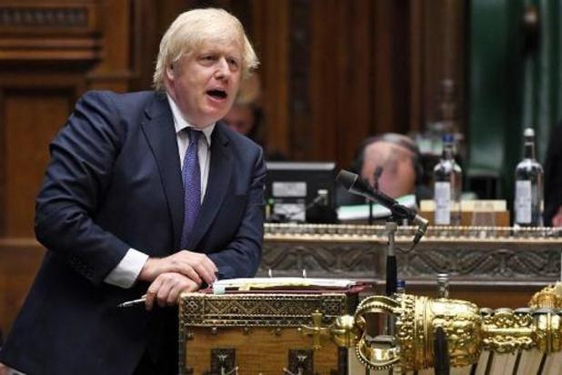 """Johnson vraagt Britten zich """"verstandig"""" te gedragen nu pubs weer openen"""