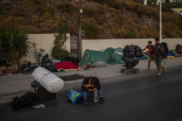 Des milliers de migrants sans abri manifestent à Lesbos