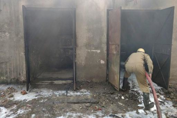 Une usine de New Delhi en flammes s'effondre sur des pompiers, douze blessés