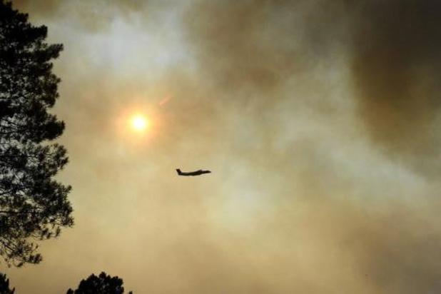 """Le violent incendie dans le Var toujours pas """"fixé"""" mais météo favorable"""