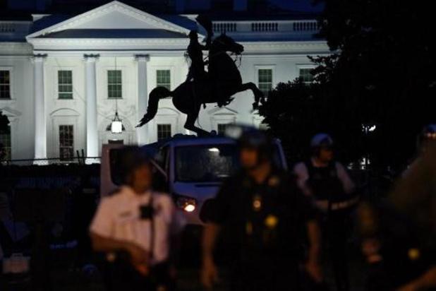 Manifestanten proberen beeld voor Witte Huis neer te halen