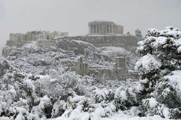 L'Acropole d'Athènes se réveille sous un manteau de neige